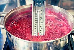 Boiling jam and thermometer in a saice[am