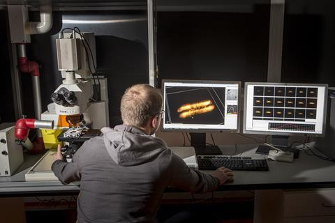BM Weckhuysen viewing an image from a Confocal Fluorescence Microscope