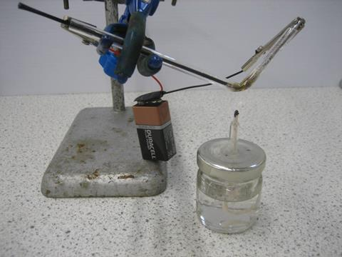 Apparatus set up for the microscale electrolysis of molten lead bromide